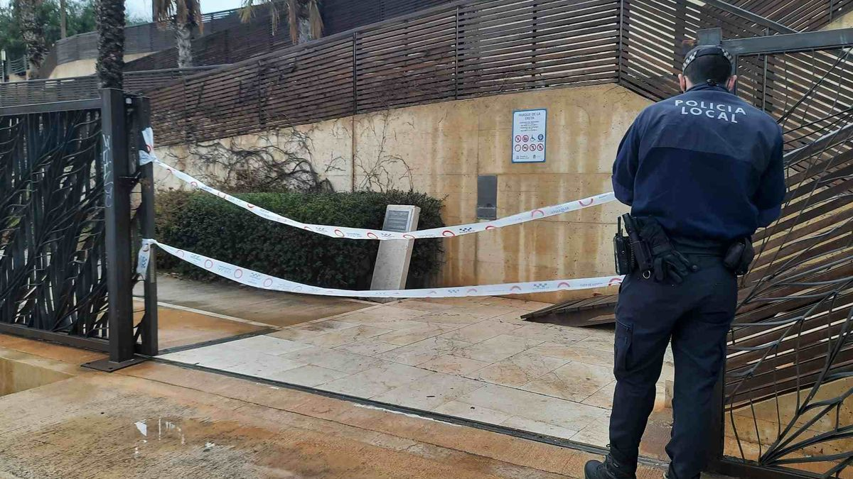 The Local Police dissolve a bottle in the surroundings of the Castle of Santa Bárbara during Saturday night