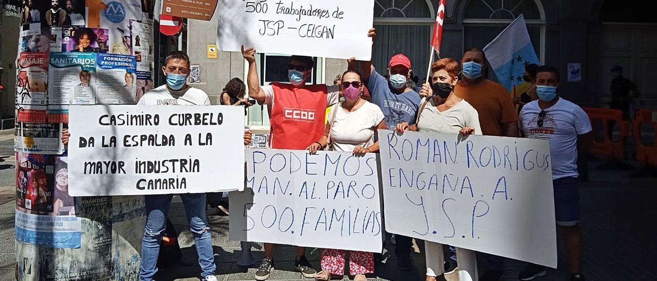 Trabajadores de las empresas del grupo industrial JSP, ayer en un instante de la concentración a las puertas del Parlamento de Canarias. | | LP/DLP