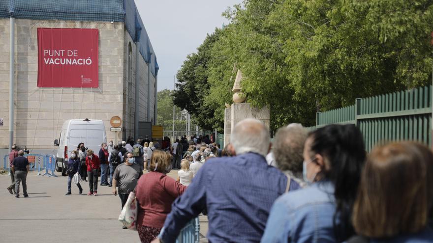Una gran afluencia de gente en la línea de vacunación del Germans Escalas