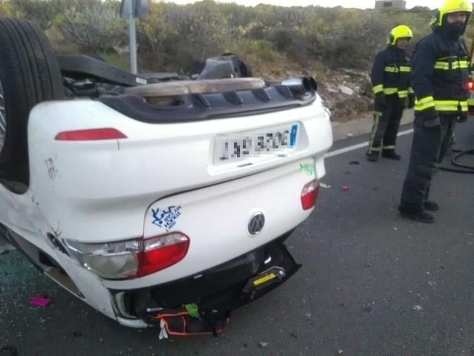 Un coche vuelca y provoca un conato de incendio en Telde