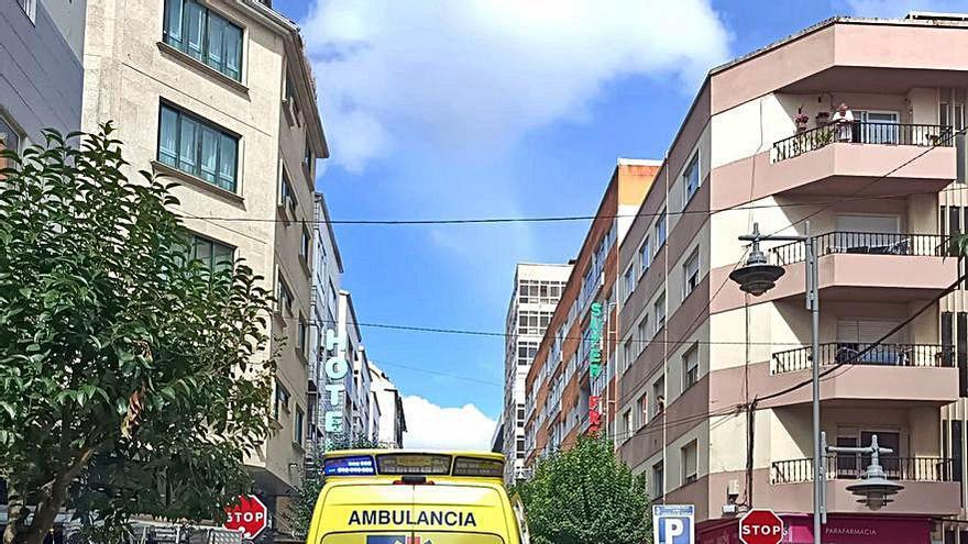 Una moto choca contra un coche en la avenida de Marín