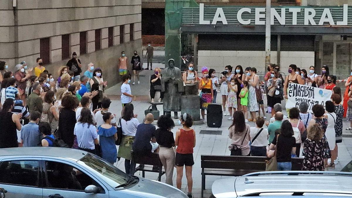 La concentración, organizada por la Marcha Mundial das Mulleres, congregó a centenares de personas en la Castañeira. // FERNANDO CASANOVA