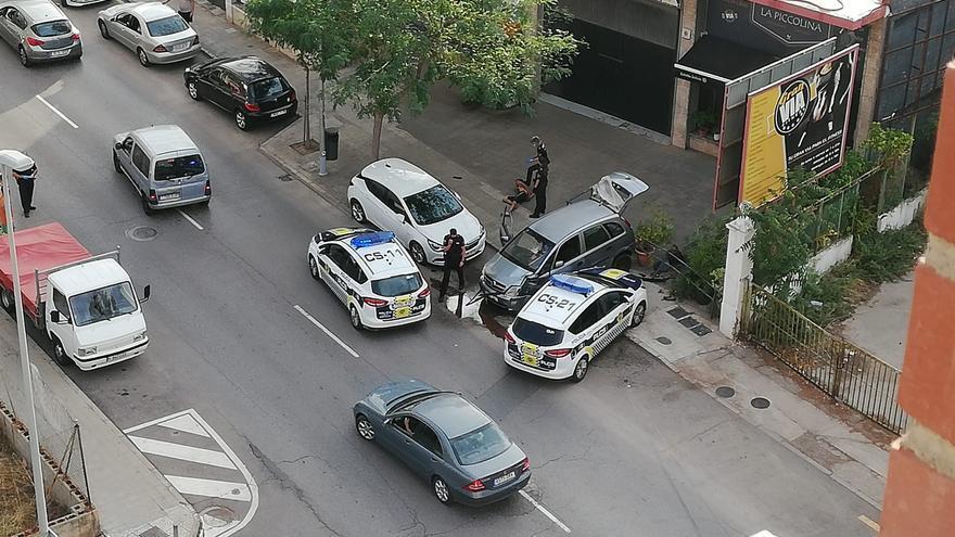 Choca drogado contra coches aparcados tras huir de la policía en Castelló