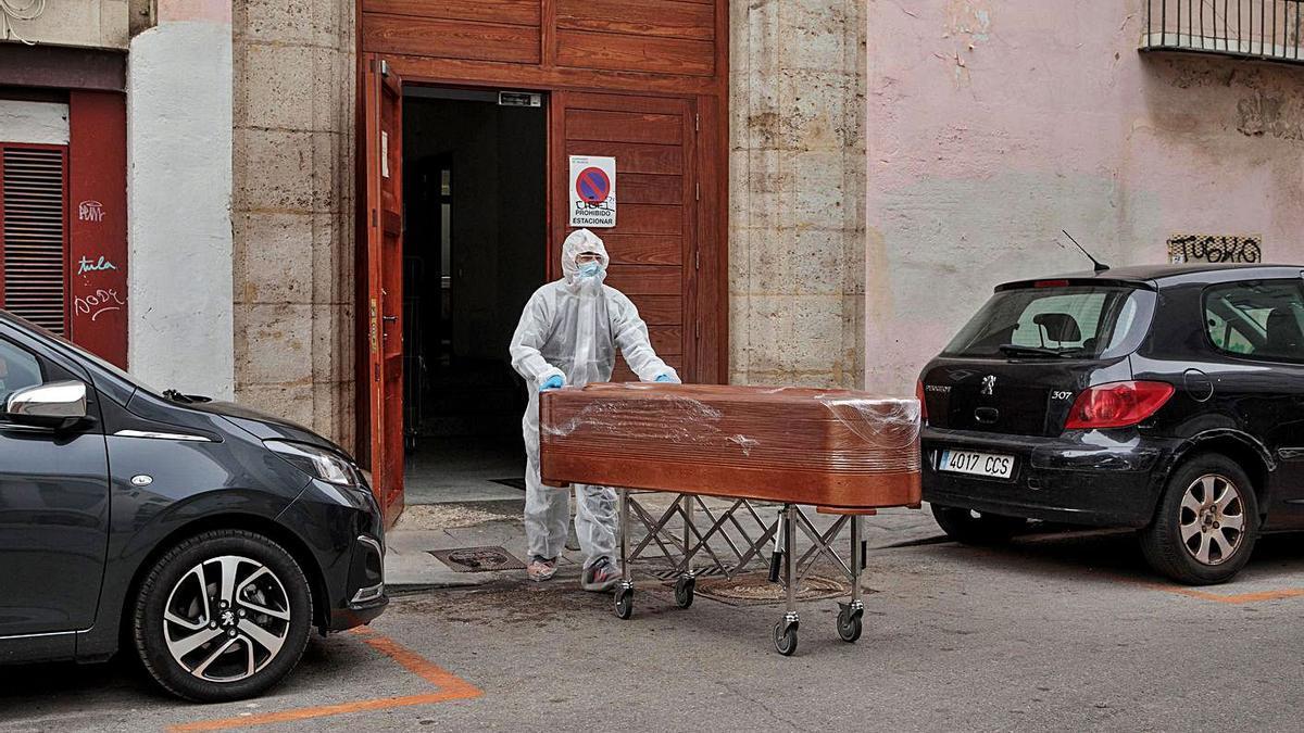 Traslado de un fallecido por coronavirus en una residencia, en una imagen de archivo.  | EFE/ BIEL ALIÑO