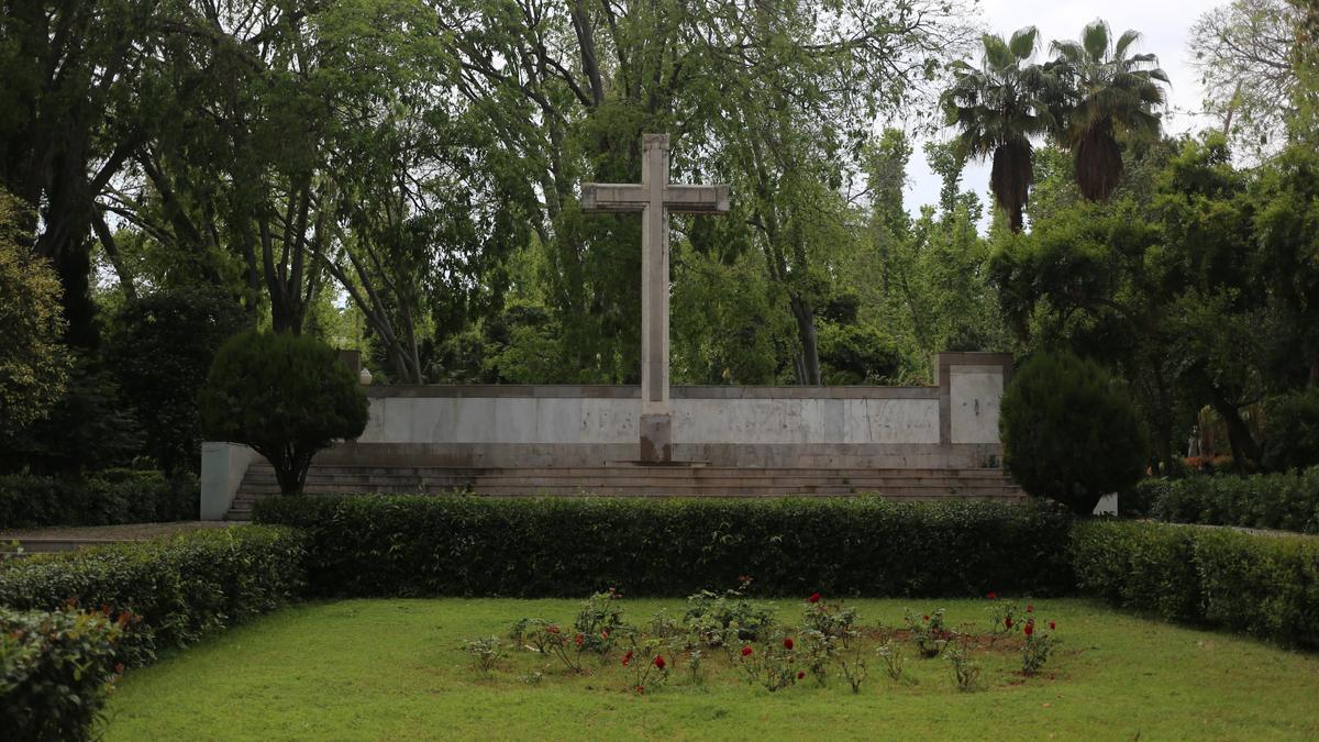 Imagen de la cruz de los caídos ubicada en el parque Ribalta.