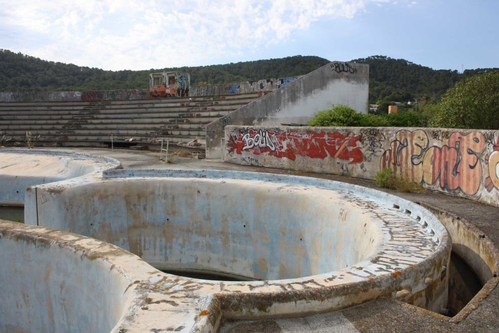 Parte de la estructura del antiguo delfinario del Parque Natural de ses Salines.