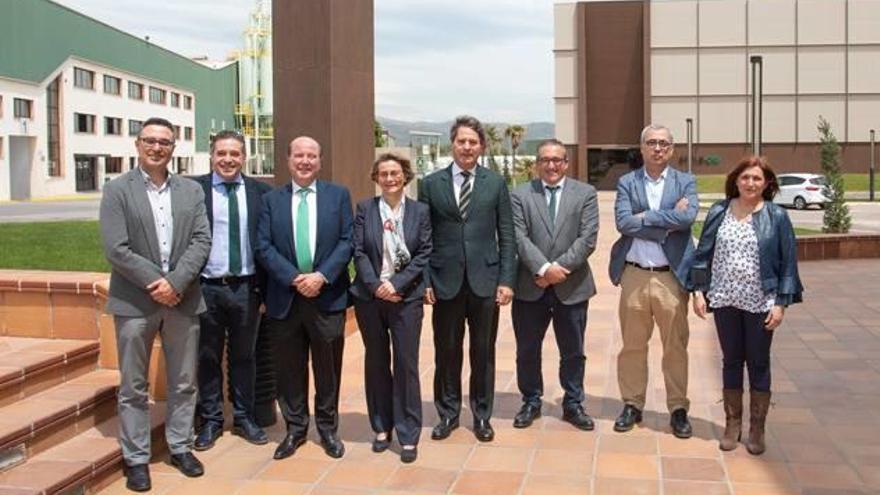 La rectora Eva Alcón visita Torrecid en l'Alcora