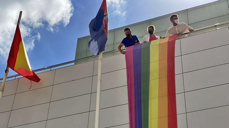Torre Pacheco retira la bandera LGTBI del Consistorio tras una denuncia de Vox