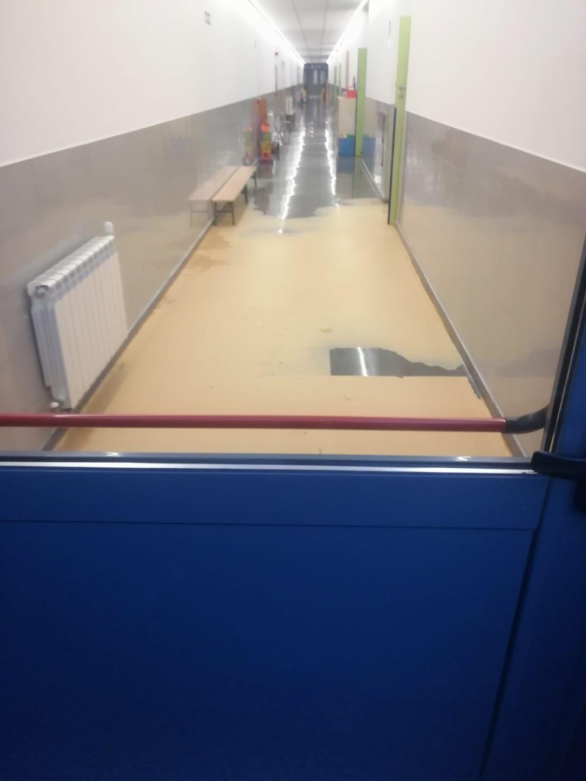 El colegio Igrexa reinicia las clases con el acceso cubierto de barro y aulas anegadas Las placas de hielo en la puerta