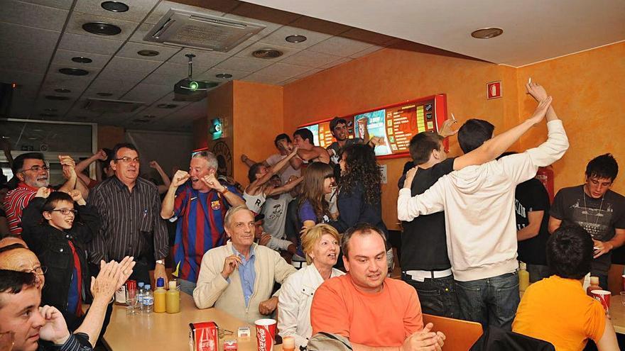 Els bars de Manresa perden una tarda de futbol i bàsquet seguits