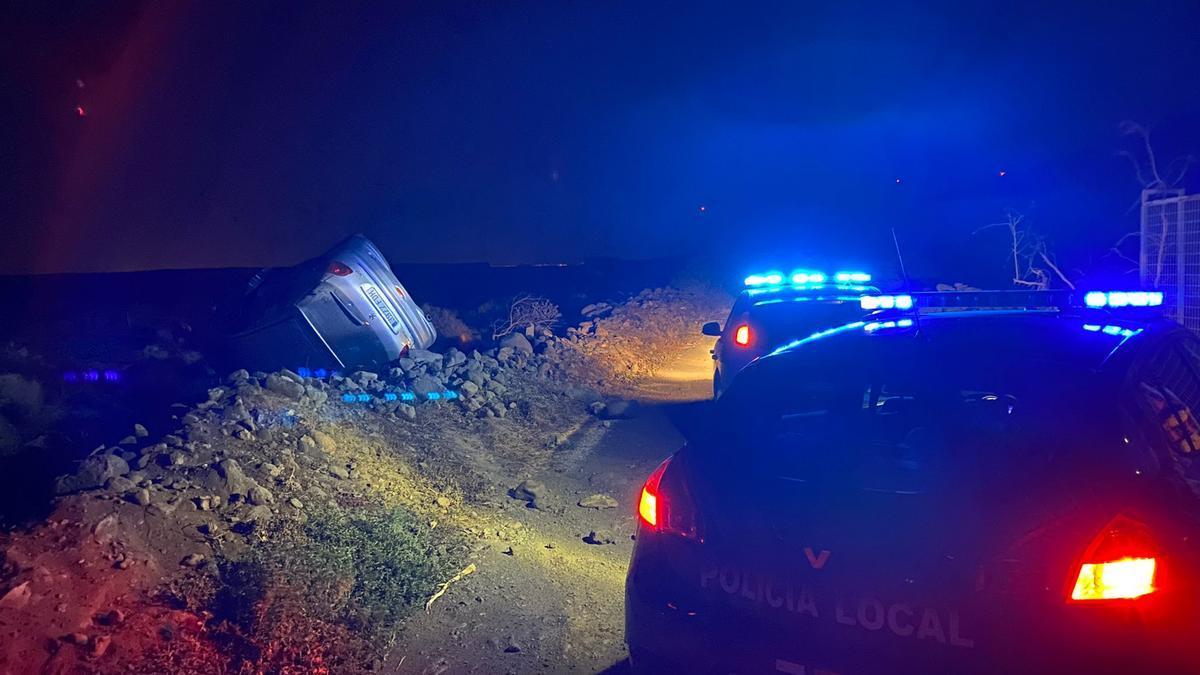 El vehículo volcado esta madrugada tras una persecución en la carretera de Corralillos.