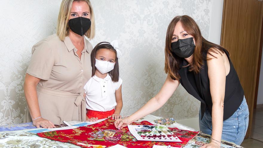 Las Falleras mayores de Gandia, madre e hija, cumplen el primer gran rito de su indumentaria
