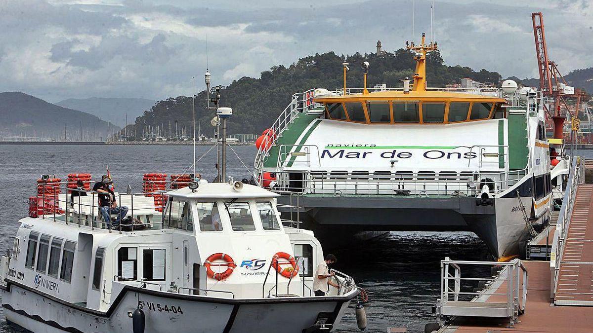 """El """"Mar Vigo"""", al fondo, atracado ayer en el muelle de Vigo."""