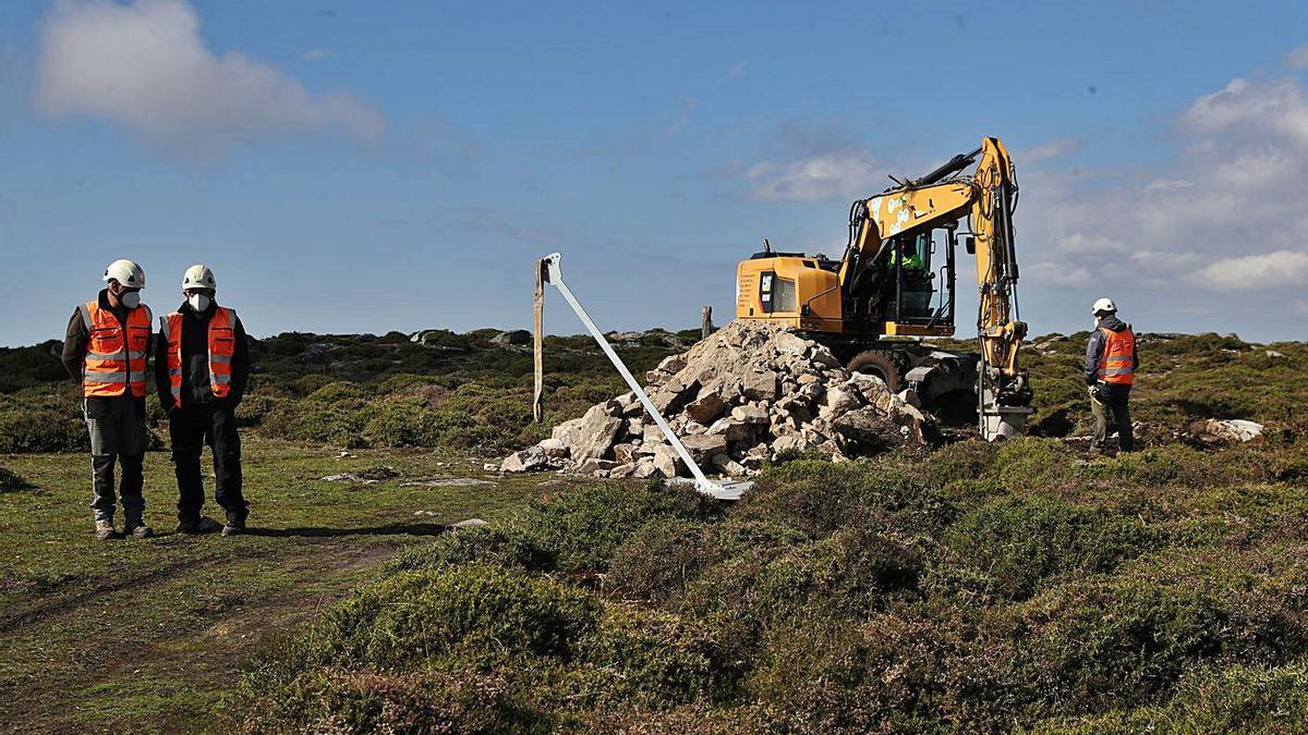 Obras de instalación de una antena meteorológica en el Alto da Groba. |   // RICARDO GROBAS
