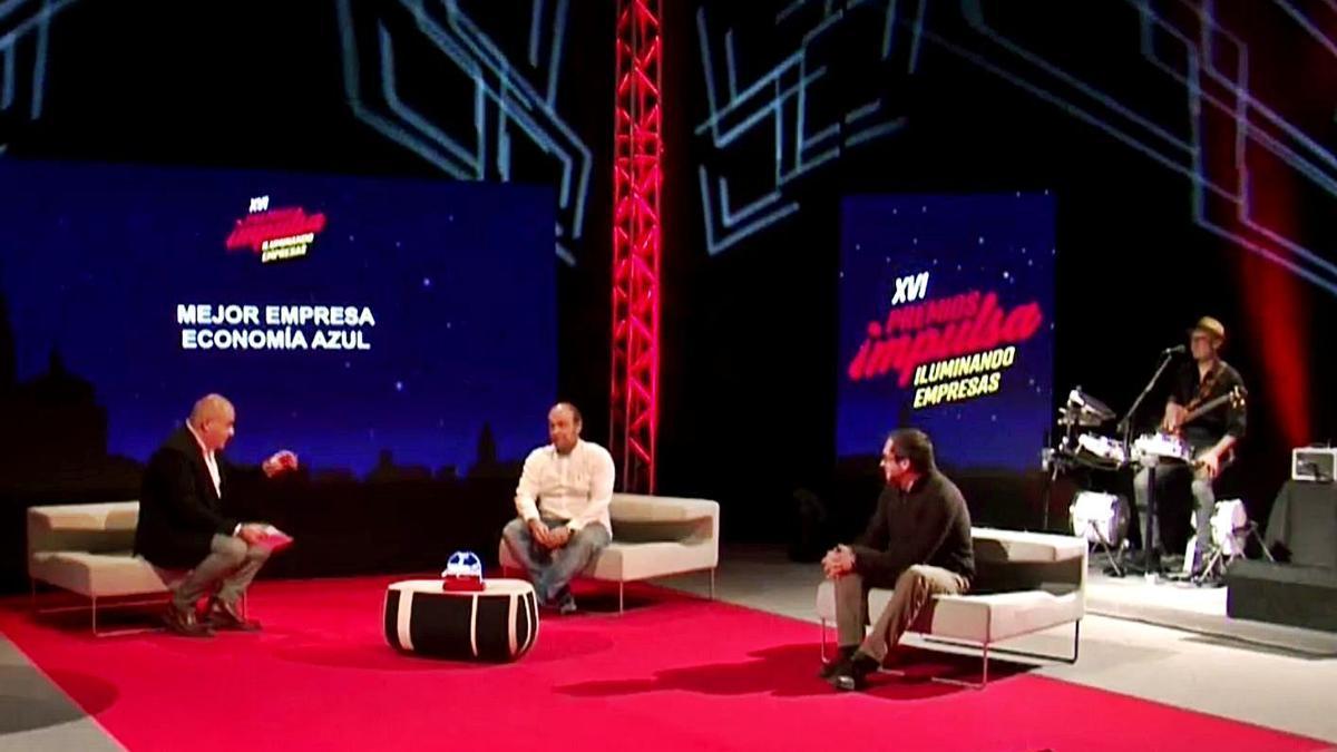 Pachi Poncela conversa con los fundadores de Neoalgae Fidel Delgado e Ignacio Albert.