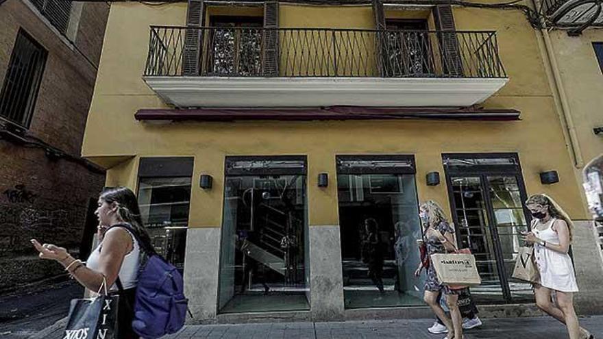 Cierra Adolfo Domínguez de la calle Unió