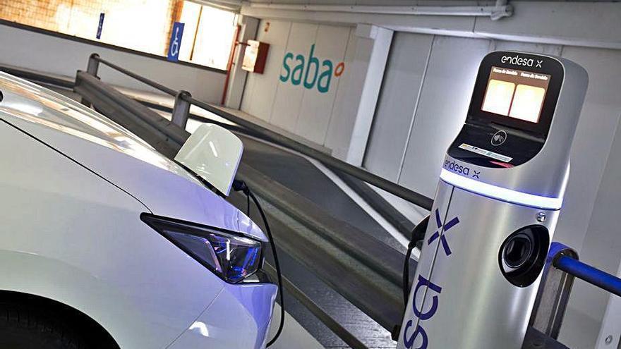 Saba crea places amb un  carregador de cotxe elèctric