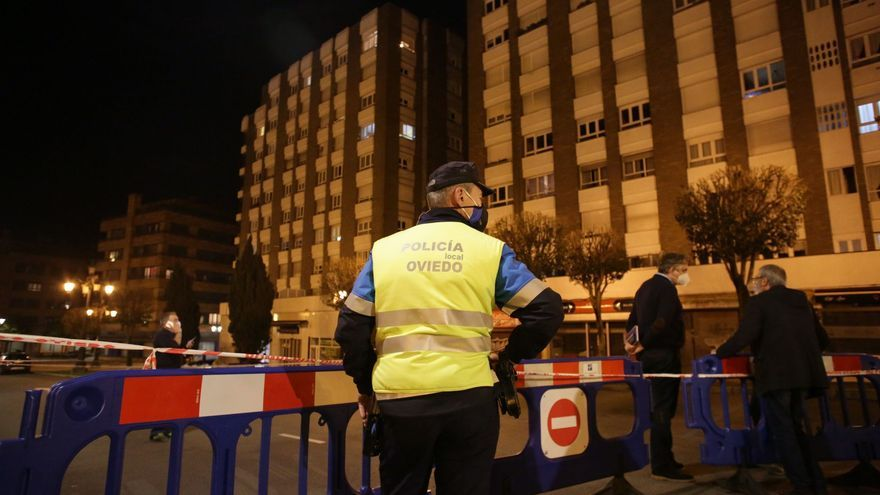 Cortan una céntrica calle de Oviedo para reparar una fachada que amenazaba con desplomarse