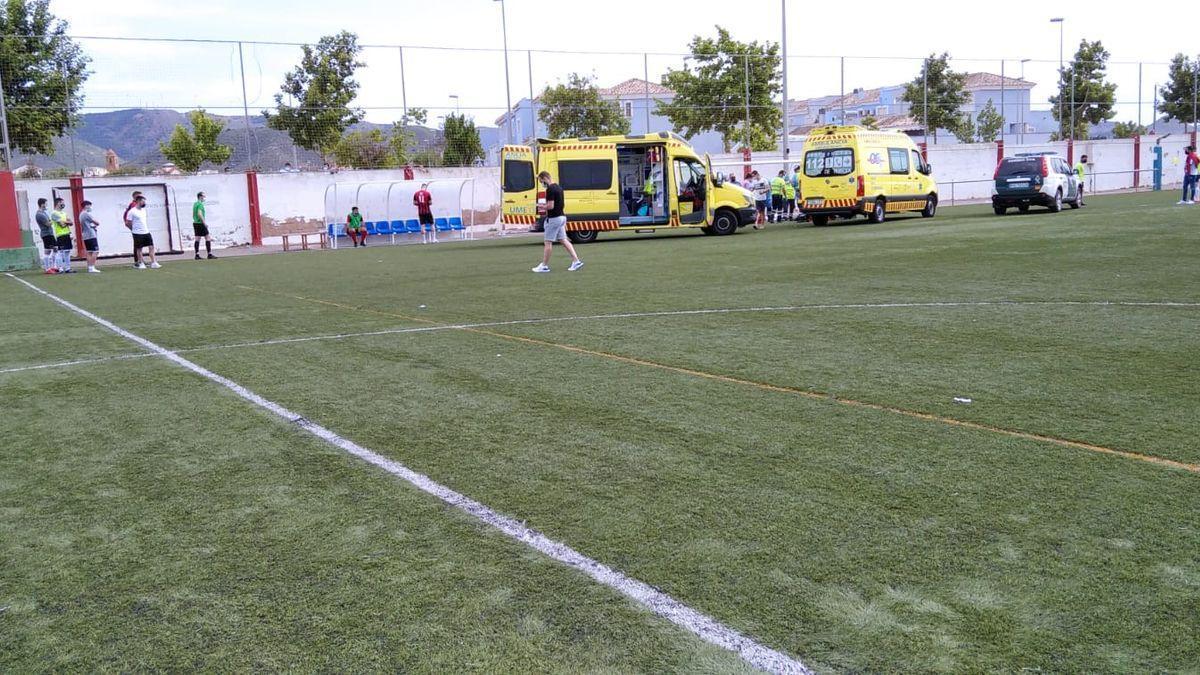 Las ambulancias se desplazan hacia el campo de fútbol.