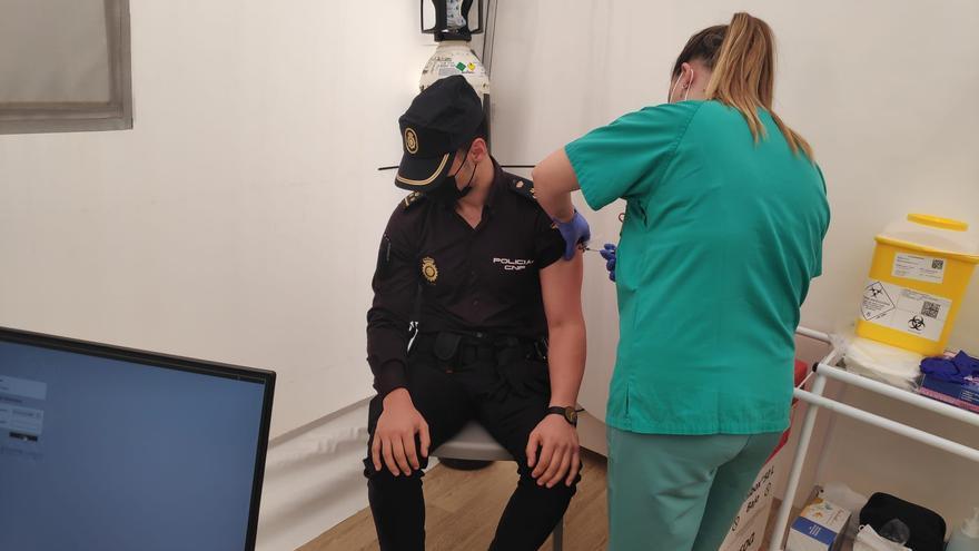 Comienza la vacunación de los miembros de los cuerpos y fuerzas de seguridad en Alicante
