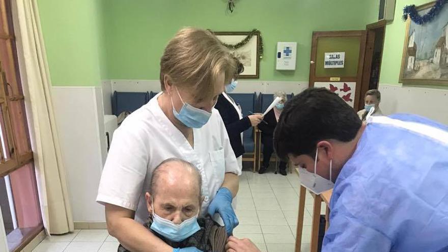 La primera vacunada contra el covid en Cangas de Onís: Araceli Sobero, de 102 años