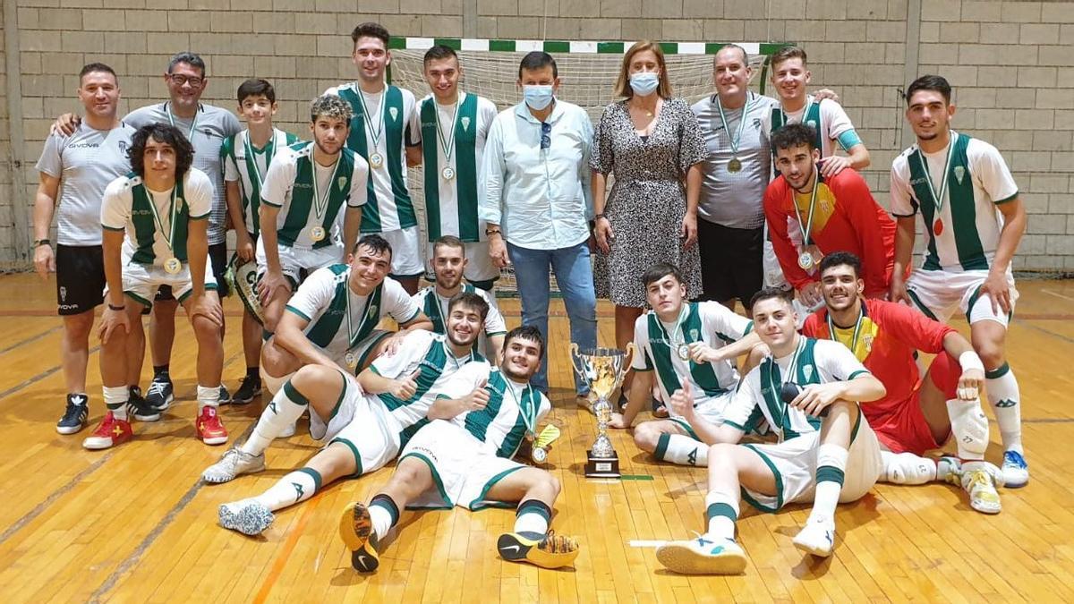Los jugadores del filial del Córdoba Futsal celebran la victoria en Baena.