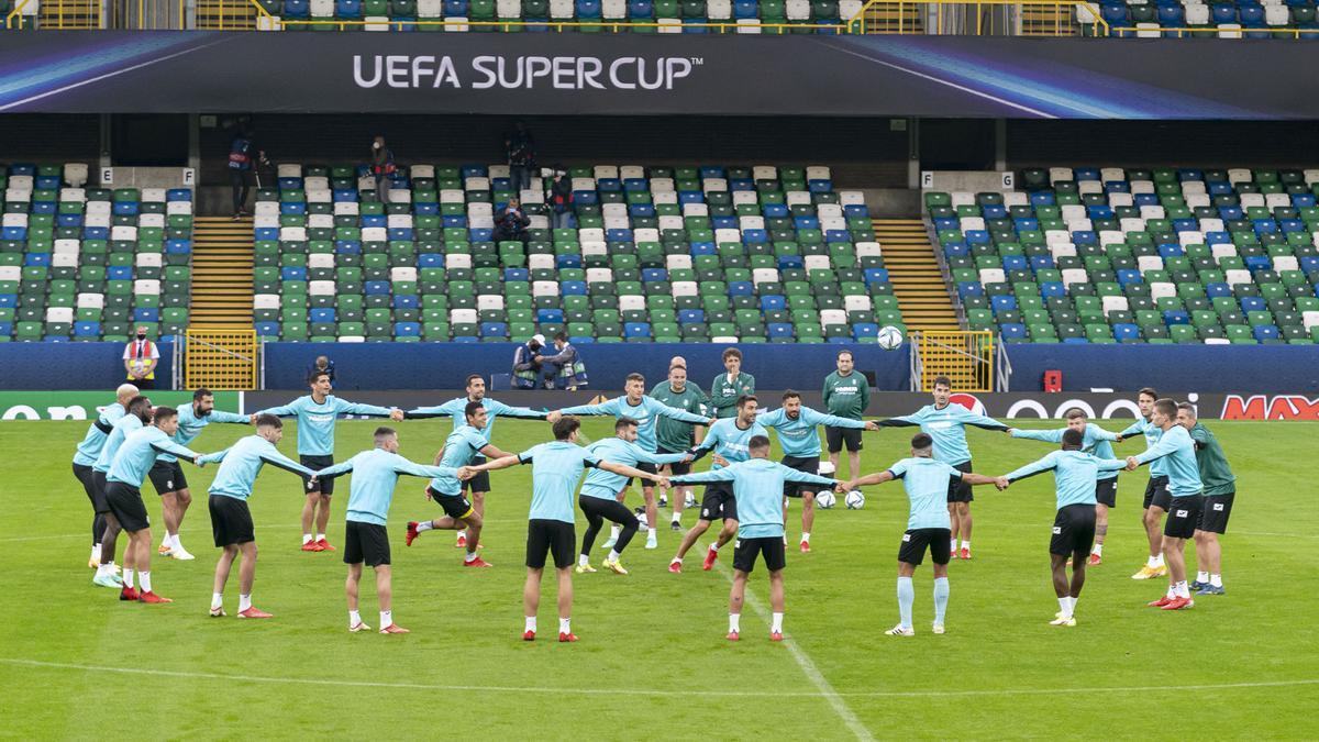 La plantilla del Submarino, en la víspera de la Supercopa de Europa en Belfast (Irlanda del Norte).