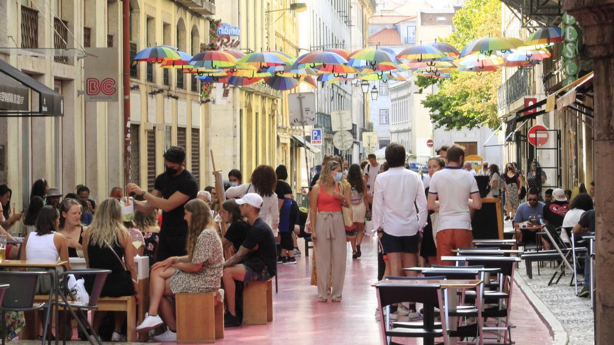 Terrazas en una calle de Lisboa.