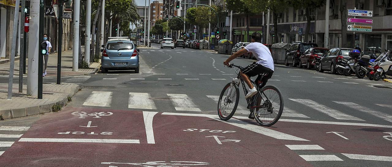 Fin del carril bici de la avenida Juan Carlos I, mucho antes de la plaza de Benidorm, en una imagen reciente. | ANTONIO AMORÓS