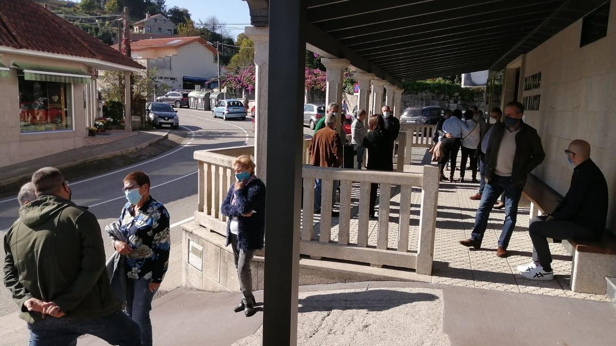 Gente esperando, esta mañana, para acceder al tanatorio. / G.N.