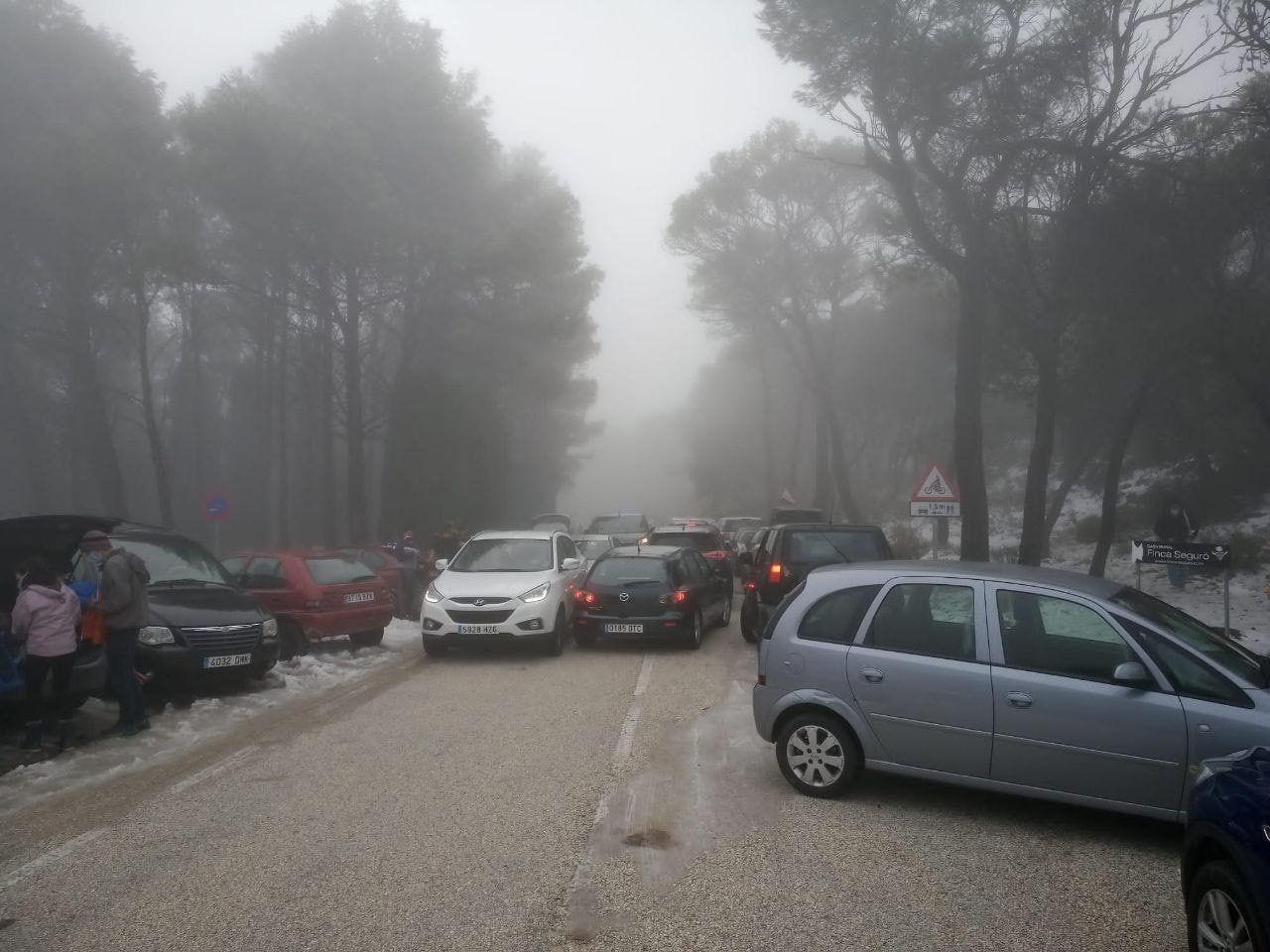 Unos 300 vehículos bloquean una maquina quitanieves en Sierra Aitana