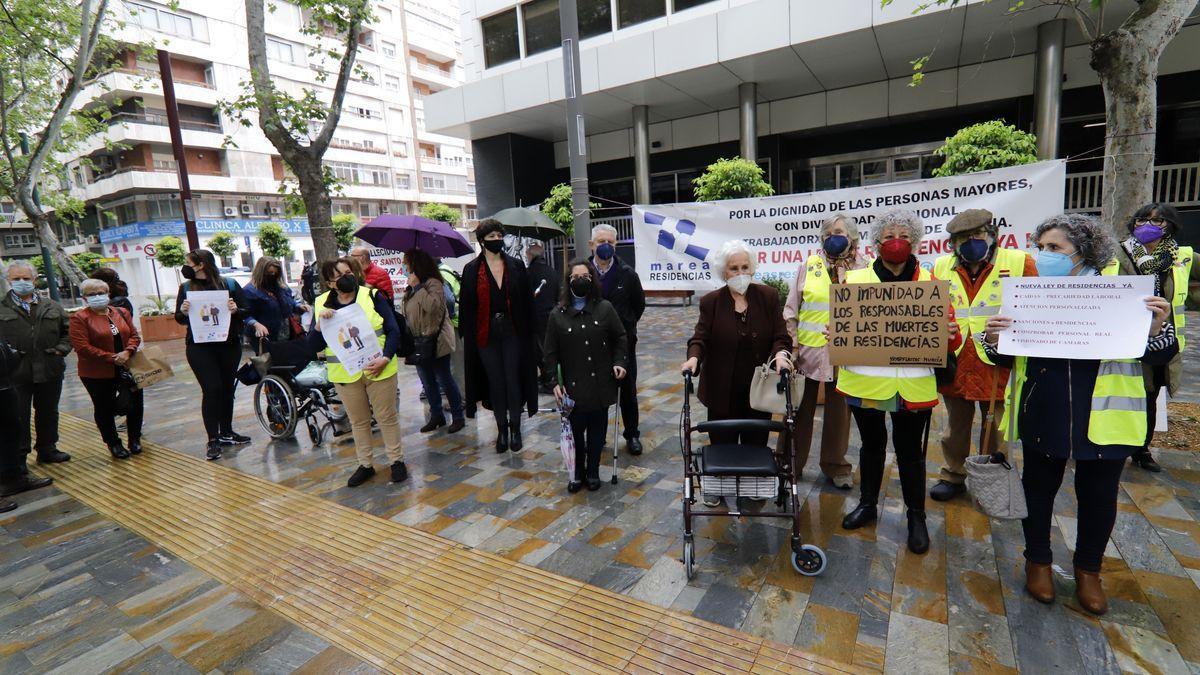 Decenas de personas frente al INSS en Alfonso X El Sabio reivindican una ley de residencias estatal