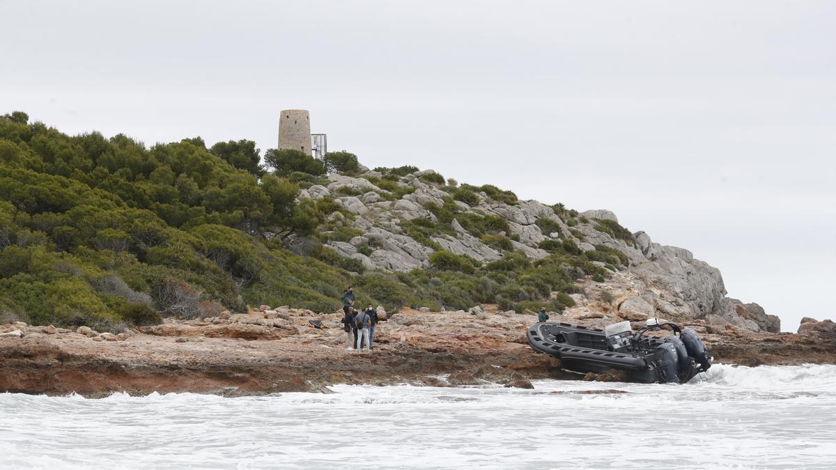 La 'narcolancha' apareció ayer la zona de la Torre Colomera.