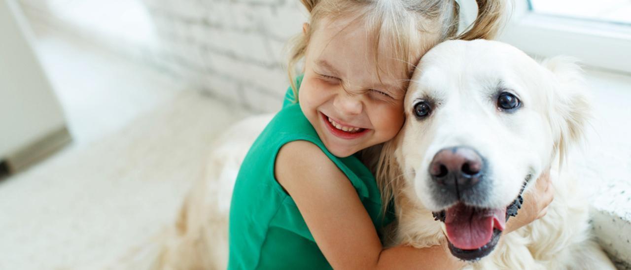 Una niña con un perro.