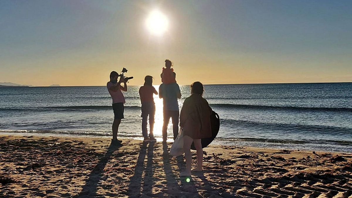 A moment of the filming on the beaches of the Elche coast of the documentary I come from the waves.  |  INFORMATION