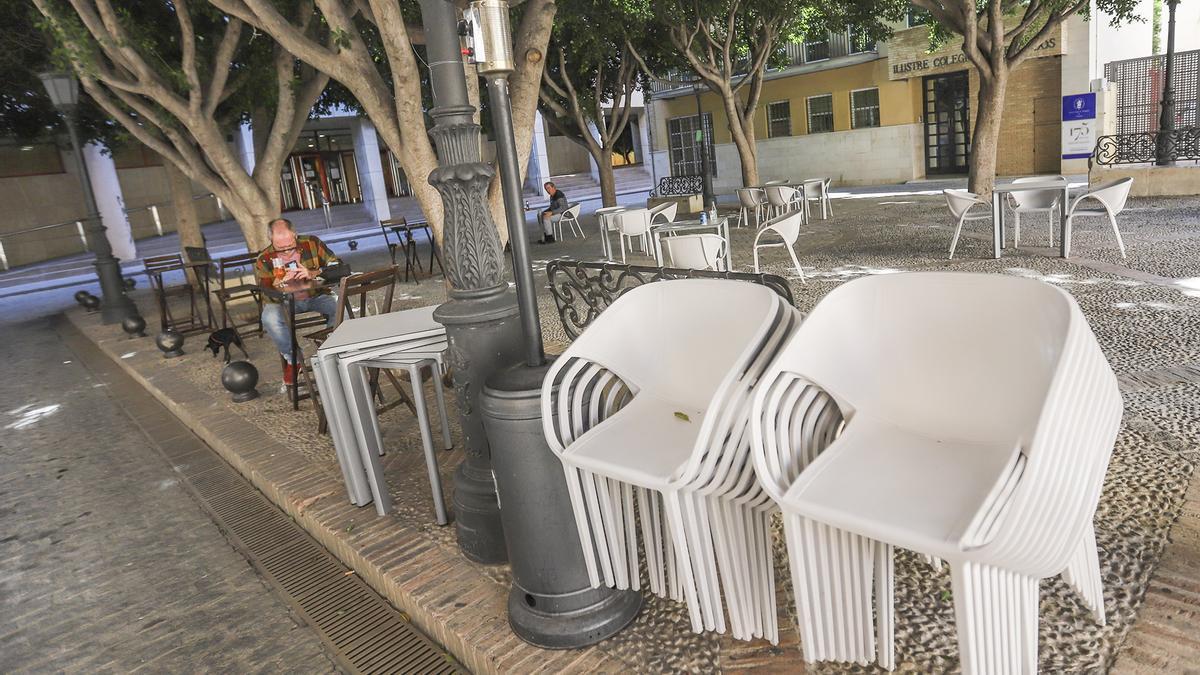 Clientes en una terraza de Orihuela