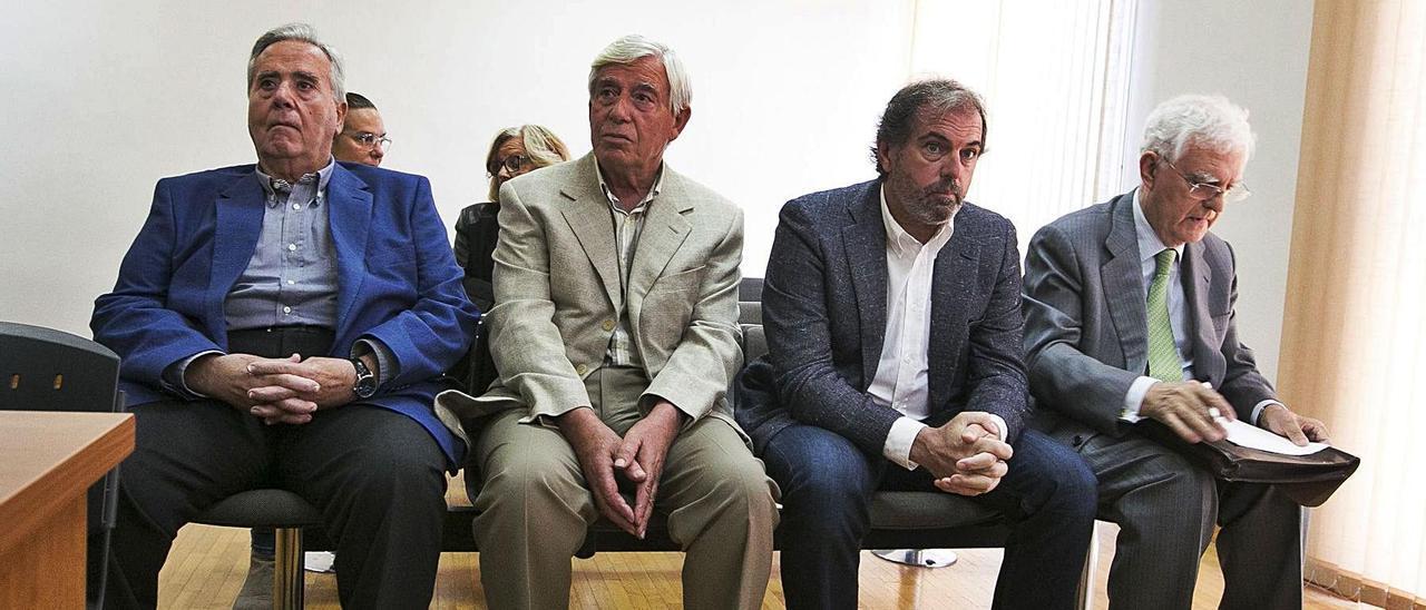 Luis Díaz Alperi (primero por la izquierda) junto a los otros tres empresarios el día que comenzó el juicio.   RAFA ARJONES