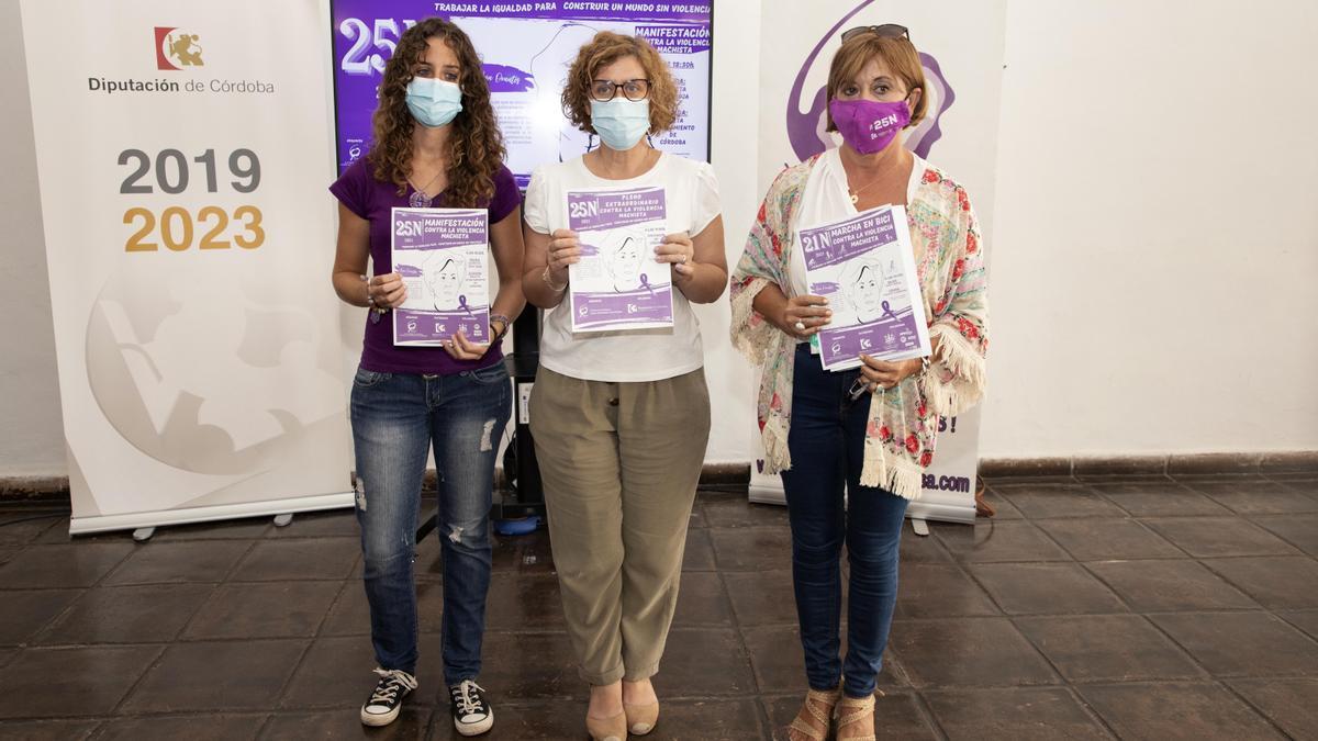 Alba Doblas, con las responsables de la Plataforma contra la Violencia sobre las Mujeres.