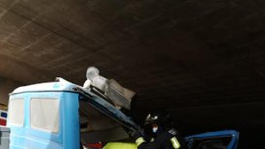 Herido grave tras chocar el camión que conducía con la parte alta de un túnel