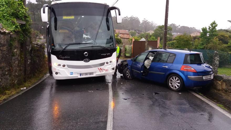 Un accidente entre un autobús escolar y un coche en Bueu se salda sin heridos