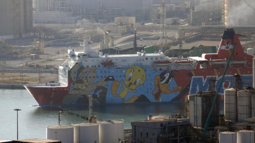 El vaixell del 'Piolín' marxa del Port de Barcelona després d'allotjar prop de dos mesos centenars de policies