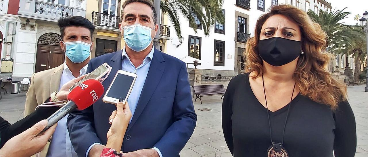 De izquierda a derecha, los concejales David Suárez y Francis Candil y la diputada Cristina Valido.     LP/DLP