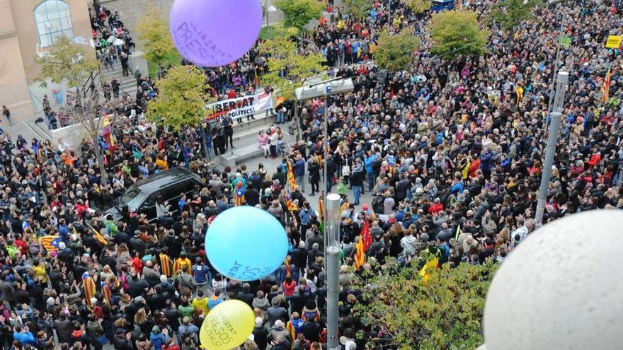 La manifestació contra l'empresonament dels consellers cessats omple Sant Domènec