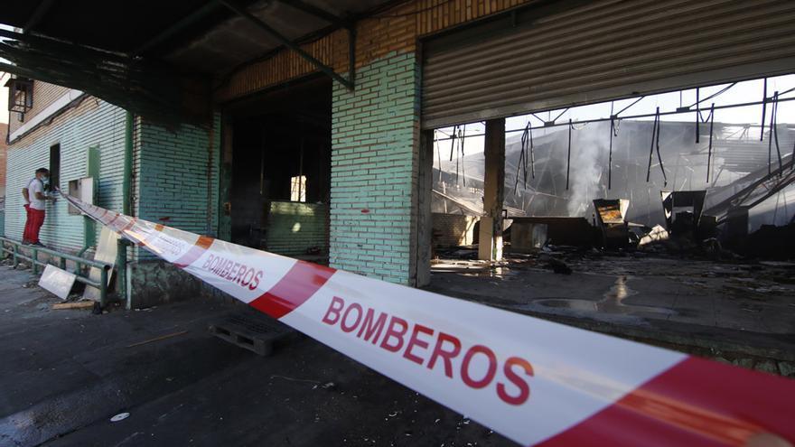 Arden tres naves industriales abandonadas en Chinales durante la madrugada