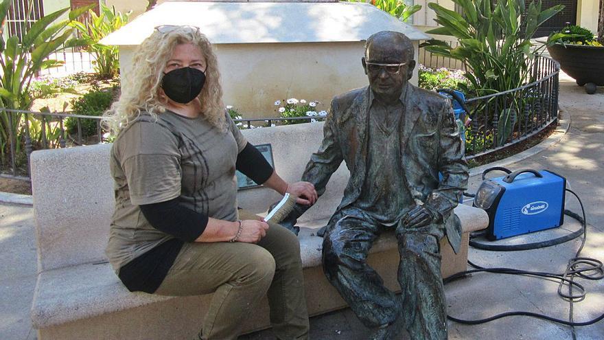 L'estàtua d'Estellés recupera els llibres