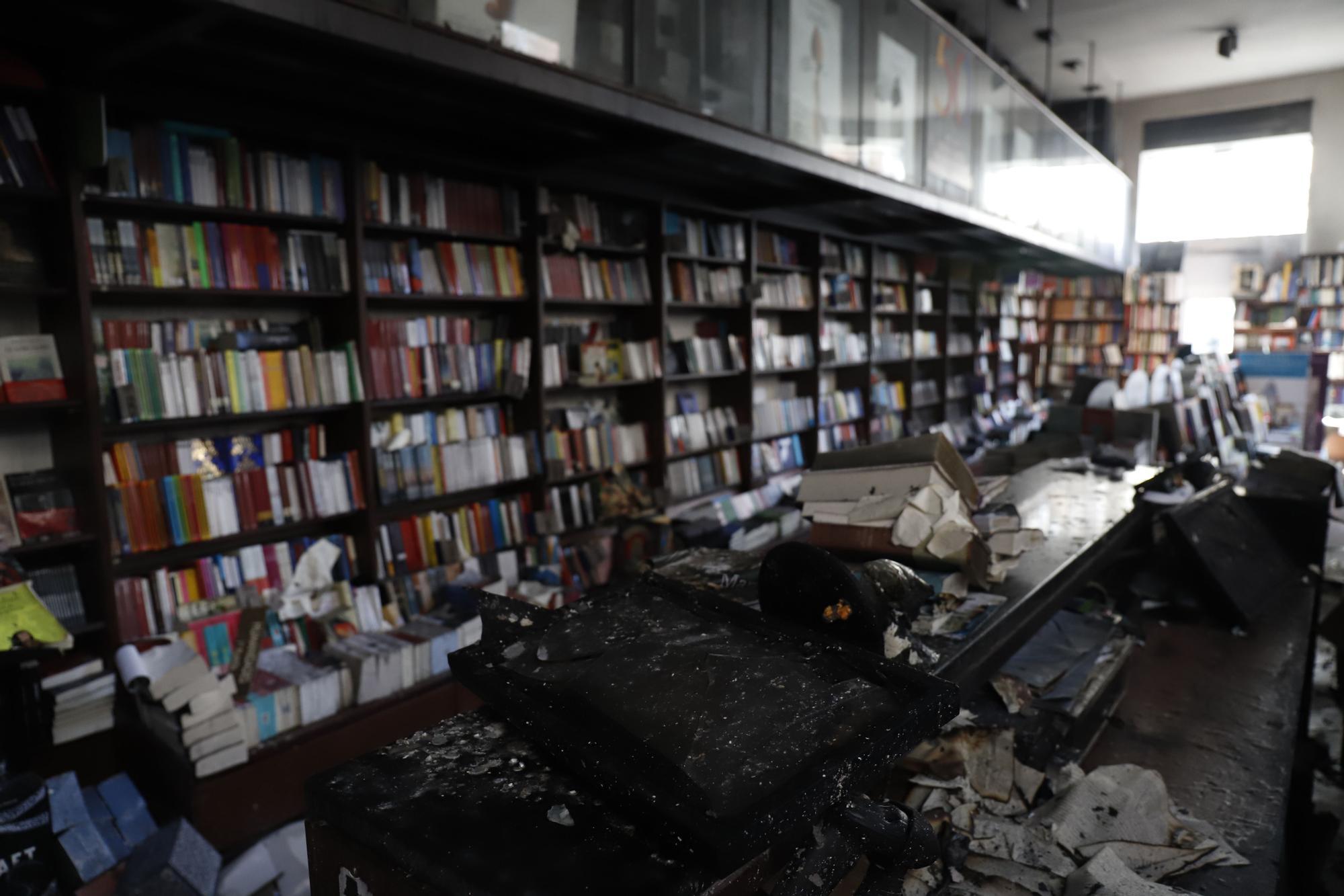 Así ha quedado el interior de la librería Proteo tras el incendio de la noche del jueves