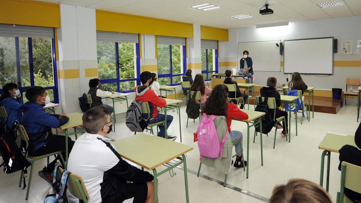 Alumnos del colegio Pintor Colmeiro hoy en el inicio de las clases. // Bernabé / Javier Lalín