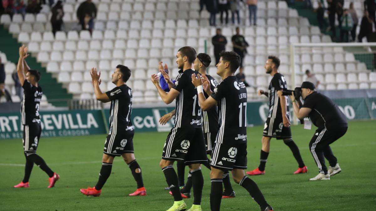 Los jugadores del Cartagena celebran el triunfo ante el Córdoba que les permitió recuperar el liderato.