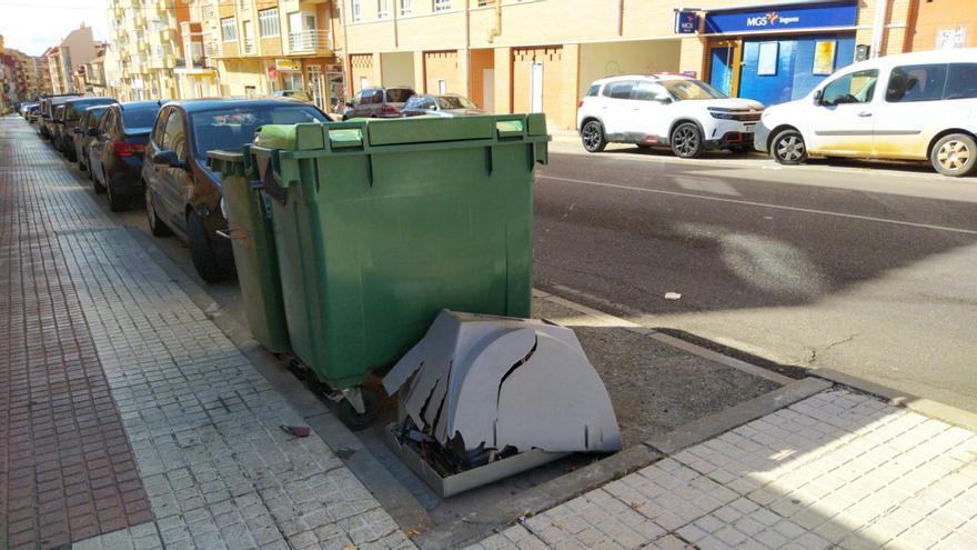 Abandonan un televisor junto a los contenedores de la avenida Luis Morán en Benavente