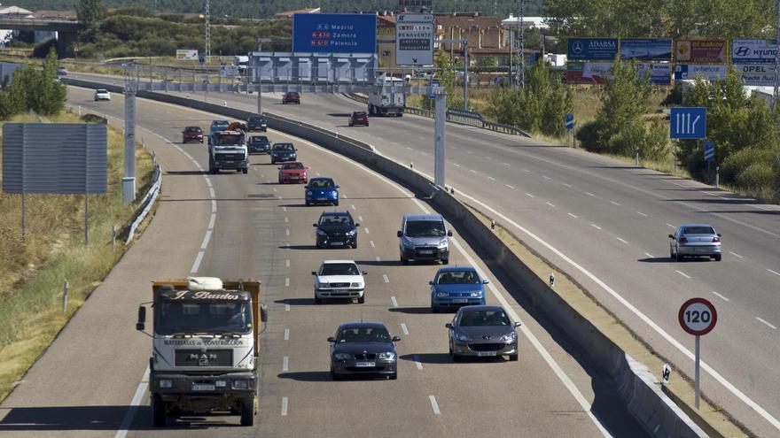 Atrapado durante más de cinco horas el conductor de un camión que volcó en la A-6 en Tordesillas (Valladolid)